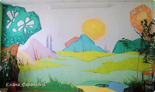Роспись стены в школьной библиотеке.