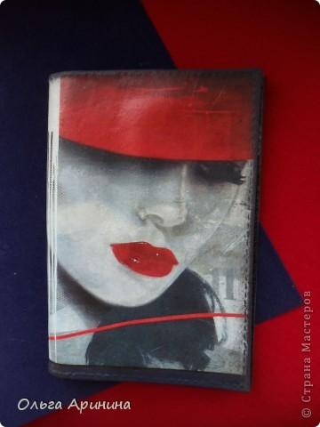 """Кожаная обложка на паспорт """"Таинственная незнакомка"""", подрисовка акриловыми красками, покрыта стекловидным лаком фото 2"""