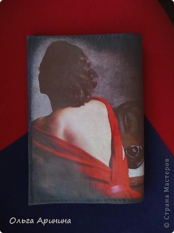 """Кожаная обложка на паспорт """"Таинственная незнакомка"""", подрисовка акриловыми красками, покрыта стекловидным лаком фото 3"""
