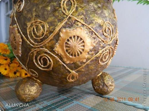 Когда-то,увидев в интернете подобную вазу(она была сделана в виде ведра с ручкой и логотипом на боку),захотела такую же сотворить...Долго вынашивала такую идею,затем сделала основу из папье-маше и... надолго забыла о ней... фото 3