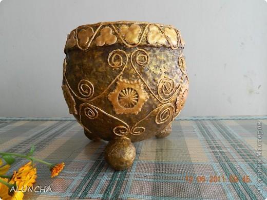 Когда-то,увидев в интернете подобную вазу(она была сделана в виде ведра с ручкой и логотипом на боку),захотела такую же сотворить...Долго вынашивала такую идею,затем сделала основу из папье-маше и... надолго забыла о ней... фото 2