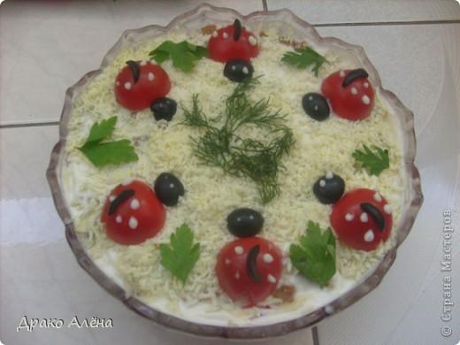 Этот салатик готовила супругу на день рожденье. Внутри может быть любой салат, здесь главное украшение. в моем случае рецепт такой: крабовые палочки-300гр,отварной кальмар-250гр,креветки-120гр,яйцо-4шт,лук порей,майонез.Замешиваем салат,выкладываем на тарелку в виде башмака, обкладываем его тонко нарезанной семгой. фото 2