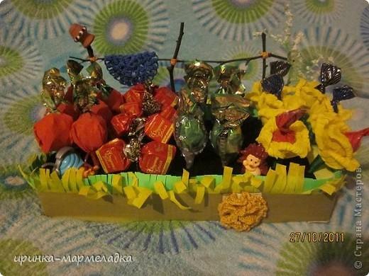 Это была моя первая сладкая композиция. Использовала вязаные цветочки. Еще там замаскировн маленький подарок - чайная ложечка с именем именинницы. фото 3