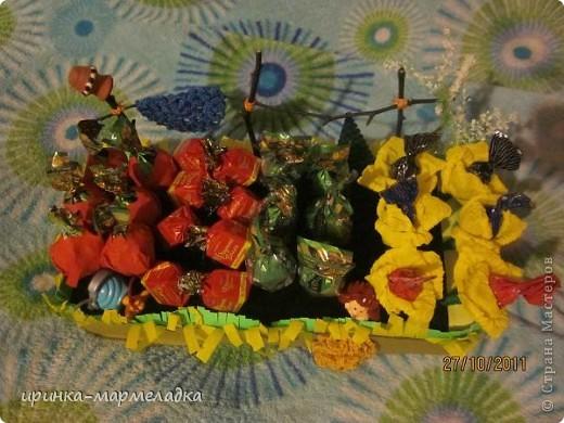 Это была моя первая сладкая композиция. Использовала вязаные цветочки. Еще там замаскировн маленький подарок - чайная ложечка с именем именинницы. фото 4