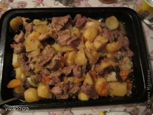 Вкусное, сочное, ароматное блюдо можно подать и на праздничный стол и просто приготовит на ужин. Уверяю, рецепт будут спрашивать все! Продукты: жирное мясо(свинина или утятина),картофель, лук,морковь,чеснок,капуста, тыква, изюм, чернослив. Я все беру на глаз. В казан или утятницу укладываем порезанное кусочками мясо,солим,перчим. Затем порезанный полукольцами лук,сверху картофель крупно нарезанный. Соль. перец. Потом чеснок целыми зубчиками,сверху морковь кружочками, потом порезанный соломкой чернослив, порезанную кубиками тыкву и горсть изюма. Сверху укрываем квадратиками капусты, добавляем 2-3 ст. л. кетчупа, и несколько кусочков слив. масла размером с грецкий орех. Ставим на медленный огонь на 1.5-2 часа или в духовку на средний огонь. Через 1.5 часа на бесподобный аромат сбегутся не только домашние, но и соседи. Подаем так: на большое блюдо переворачиваем жаровню, чтобы мясо оказалось сверху. Все слои пропитываются жиром. Ну очень вкусно!!!