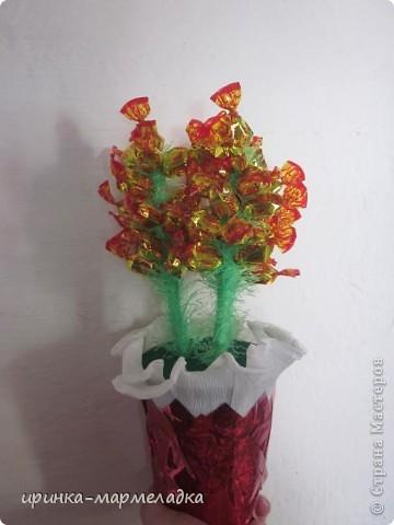 Это была моя первая сладкая композиция. Использовала вязаные цветочки. Еще там замаскировн маленький подарок - чайная ложечка с именем именинницы. фото 6