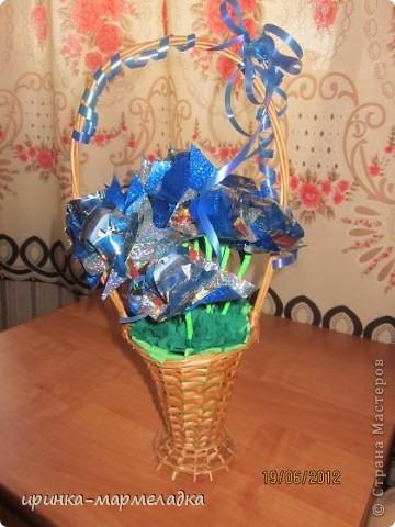 Это была моя первая сладкая композиция. Использовала вязаные цветочки. Еще там замаскировн маленький подарок - чайная ложечка с именем именинницы. фото 9