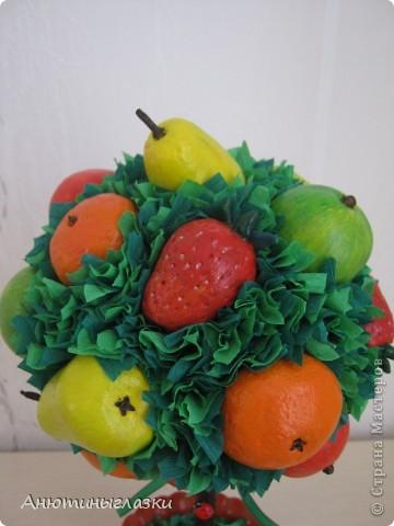 Моё очередное деревце уже уехало к свекрови в дом на ПМЖ...Яблочки, мандаринки, грушки, клубничка вылеплены из  солёного теста.  фото 2