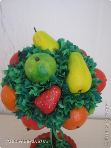 Моё очередное деревце уже уехало к свекрови в дом на ПМЖ...Яблочки, мандаринки, грушки, клубничка вылеплены из  солёного теста.  фото 3