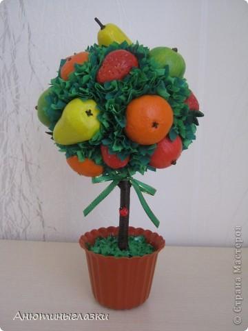 Моё очередное деревце уже уехало к свекрови в дом на ПМЖ...Яблочки, мандаринки, грушки, клубничка вылеплены из  солёного теста.  фото 1