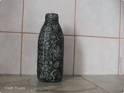 черная ваза для цветов, тонирована серебром.