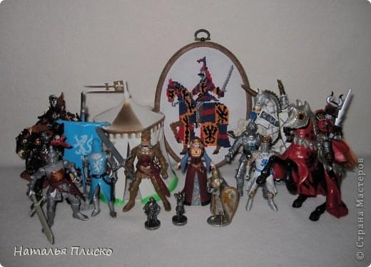"""Когда Маша (Бригантина) объявила этот конкурс (http://stranamasterov.ru/node/372481), мы с Егоркой сразу же решили принять в нём участие, ведь рыцари и средневековье - наша любимая тема... На этой фотографии в центре моя работа и часть Егоркиной коллекции """"рыцарских"""" игрушек... фото 1"""