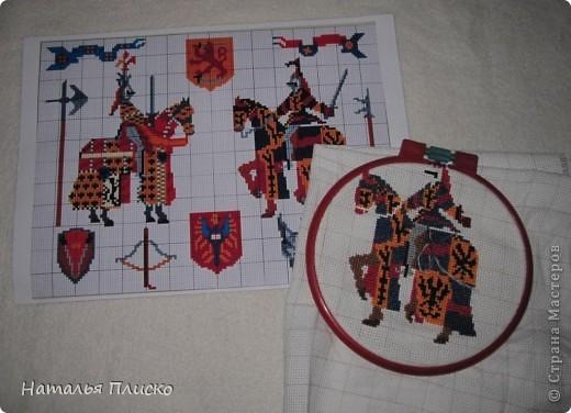"""Когда Маша (Бригантина) объявила этот конкурс (http://stranamasterov.ru/node/372481), мы с Егоркой сразу же решили принять в нём участие, ведь рыцари и средневековье - наша любимая тема... На этой фотографии в центре моя работа и часть Егоркиной коллекции """"рыцарских"""" игрушек... фото 4"""