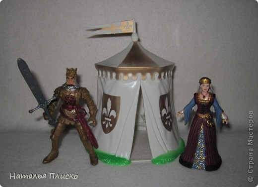 """Когда Маша (Бригантина) объявила этот конкурс (http://stranamasterov.ru/node/372481), мы с Егоркой сразу же решили принять в нём участие, ведь рыцари и средневековье - наша любимая тема... На этой фотографии в центре моя работа и часть Егоркиной коллекции """"рыцарских"""" игрушек... фото 5"""