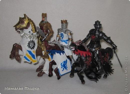 """Когда Маша (Бригантина) объявила этот конкурс (http://stranamasterov.ru/node/372481), мы с Егоркой сразу же решили принять в нём участие, ведь рыцари и средневековье - наша любимая тема... На этой фотографии в центре моя работа и часть Егоркиной коллекции """"рыцарских"""" игрушек... фото 8"""