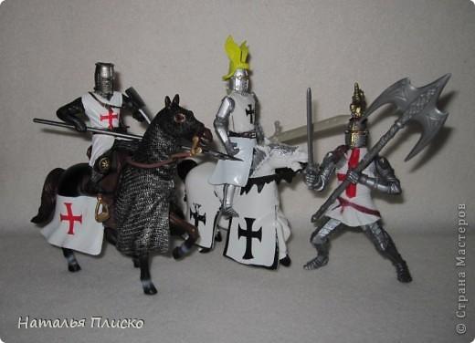 """Когда Маша (Бригантина) объявила этот конкурс (http://stranamasterov.ru/node/372481), мы с Егоркой сразу же решили принять в нём участие, ведь рыцари и средневековье - наша любимая тема... На этой фотографии в центре моя работа и часть Егоркиной коллекции """"рыцарских"""" игрушек... фото 9"""