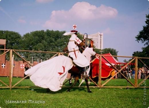 """Когда Маша (Бригантина) объявила этот конкурс (http://stranamasterov.ru/node/372481), мы с Егоркой сразу же решили принять в нём участие, ведь рыцари и средневековье - наша любимая тема... На этой фотографии в центре моя работа и часть Егоркиной коллекции """"рыцарских"""" игрушек... фото 37"""