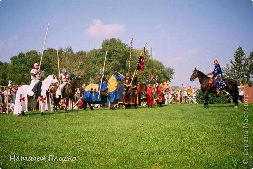 """Когда Маша (Бригантина) объявила этот конкурс (http://stranamasterov.ru/node/372481), мы с Егоркой сразу же решили принять в нём участие, ведь рыцари и средневековье - наша любимая тема... На этой фотографии в центре моя работа и часть Егоркиной коллекции """"рыцарских"""" игрушек... фото 39"""
