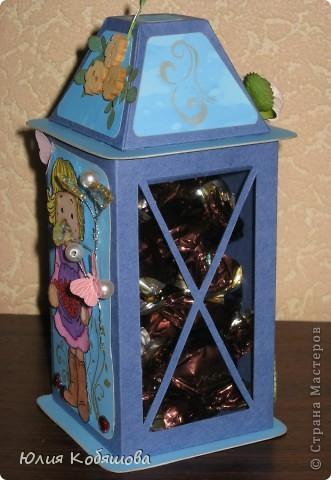 Родилась у меня такая вот коробочка в подарок. Коробочка в форме фонарика, две стеночки прозрачные, с плотной пленкой, через которую видны вкусненькие конфетки. Итак, коробочка с одной стороны, фото 3