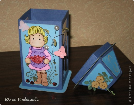 Родилась у меня такая вот коробочка в подарок. Коробочка в форме фонарика, две стеночки прозрачные, с плотной пленкой, через которую видны вкусненькие конфетки. Итак, коробочка с одной стороны, фото 8