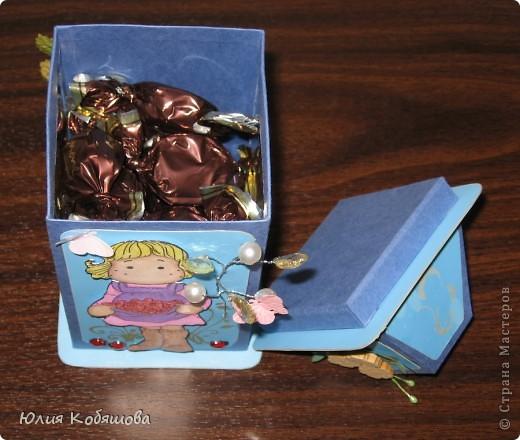 Родилась у меня такая вот коробочка в подарок. Коробочка в форме фонарика, две стеночки прозрачные, с плотной пленкой, через которую видны вкусненькие конфетки. Итак, коробочка с одной стороны, фото 9