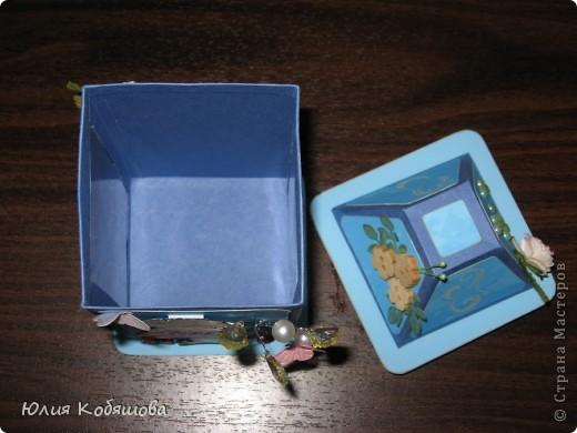 Родилась у меня такая вот коробочка в подарок. Коробочка в форме фонарика, две стеночки прозрачные, с плотной пленкой, через которую видны вкусненькие конфетки. Итак, коробочка с одной стороны, фото 10