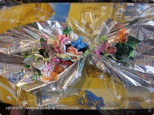 Это была моя первая сладкая композиция. Использовала вязаные цветочки. Еще там замаскировн маленький подарок - чайная ложечка с именем именинницы. фото 1