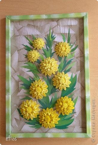 """Золотой шар (Рудбекия рассечённая) цветёт в августе, а так как я - львёнок, то у меня ассоциация """"Золотой шар - цветок дня рождения"""". Поэтому ко дню рождению лучшей подруги выполнила панно именно с этими цветами.  Делала по МК Ольги Ольшак, в пропорции уменьшала размеры верхних маленьких цветов относительно нижних больших: 13/10,5/8,5   10/8,5/7  5/4/3  d = 35/26/18 мм. Размер с рамкой 21*31 см  Работой очень довольна (хотя фотоаппарат своей вспышкой и искажением цвета как всегда подвёл), живописность листьев, фона и рамки создавала засчёт разнотоновых банковских рекламок. Так нравится что аж жалко отдавать, но что не сделаешь ради любимой подруги. Танюшка, с Днём Рождения тебя!   фото 1"""