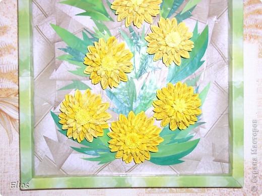 """Золотой шар (Рудбекия рассечённая) цветёт в августе, а так как я - львёнок, то у меня ассоциация """"Золотой шар - цветок дня рождения"""". Поэтому ко дню рождению лучшей подруги выполнила панно именно с этими цветами.  Делала по МК Ольги Ольшак, в пропорции уменьшала размеры верхних маленьких цветов относительно нижних больших: 13/10,5/8,5   10/8,5/7  5/4/3  d = 35/26/18 мм. Размер с рамкой 21*31 см  Работой очень довольна (хотя фотоаппарат своей вспышкой и искажением цвета как всегда подвёл), живописность листьев, фона и рамки создавала засчёт разнотоновых банковских рекламок. Так нравится что аж жалко отдавать, но что не сделаешь ради любимой подруги. Танюшка, с Днём Рождения тебя!   фото 3"""