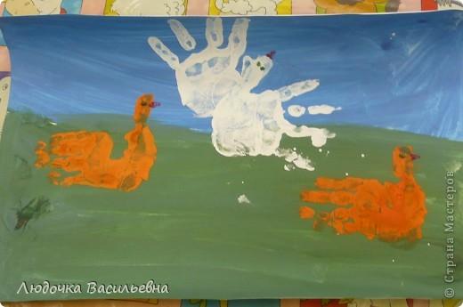 Нарисовали фон, высушили, отпечатки обеих рук и гелем с блестками дорисовали глаза и клюв. фото 1