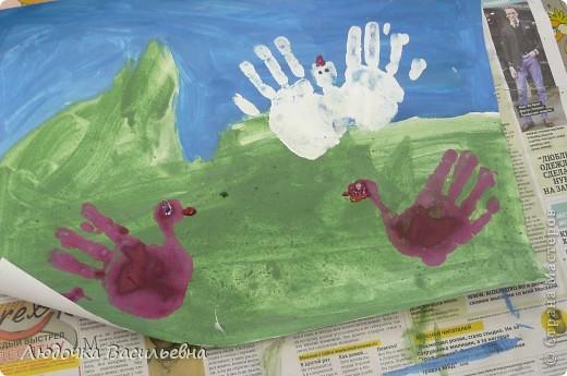 Нарисовали фон, высушили, отпечатки обеих рук и гелем с блестками дорисовали глаза и клюв. фото 3