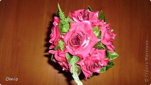 """Добрый день страна! полюбуйтесь на мой """"миллион"""" алых роз, а если совсем точно- 7 на этом топиарчике! покупала их для того чтобы украсить свадебный букет зеленью. И лежат розы, на меня смотрят - просятся в дело.....Ну как же я откажу себе в удовольствии и им в перерождении? фото 3"""