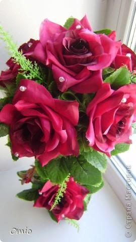 """Добрый день страна! полюбуйтесь на мой """"миллион"""" алых роз, а если совсем точно- 7 на этом топиарчике! покупала их для того чтобы украсить свадебный букет зеленью. И лежат розы, на меня смотрят - просятся в дело.....Ну как же я откажу себе в удовольствии и им в перерождении? фото 4"""