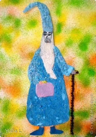 """Доброго времени суток!!! Сегодня я хочу показать работу Анюты для конкурса """"Любимые истории. Легенды о короле Артуре и рыцарях круглого стола"""", организованного Машей (Бригантина) http://stranamasterov.ru/node/372481, за что ей огромное спасибо!!! Работа выполнена по мотивам замечательного мультфильма """"Меч в камне"""" и посвящена Мерлину- доброму, чудаковатому и немного смешному волшебнику, который взял под свою опеку одиннадцатилетнего мальчика - будущего короля Артура. В мультфильме Мерлин не такой серьезный, а здесь, видимо, собирается с мыслями, как же лучше организовать воспитательный процесс юного сорванца?! фото 2"""