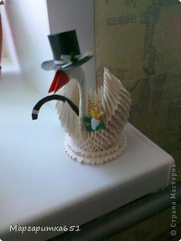 Здравствуйте дорогие мастерицы, очень хочется поделиться с вами своей идеей украшения лебедя-мальчика. Шляпу, трость и бутоньерку придумала сама, нигде в интернете такого не находила (да и не искала особо то) идея пришла как-то сама собой.  фото 1