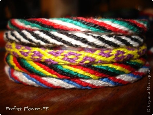 Небольшой рассказ о древнем японском искусстве плетения – кумихимо  Немного истории кумихимо:  Кумихимо (плетение веревок) японцы изобрели еще в 550 году (!). Тогда его использовали самураи, чтобы крепить свои доспехи и доспехи лошади, т.к. эти шнуры очень прочные.  Первоначально их плели только руками, затем появились специальные станки: марудай ( для плетения круглых шнуров) и такадай ( для плетения  плоских шнуров). Затем кумихимо японцы стали плести из тончайшего шелка, стали оформлять шнурами подарки для королевской семьи.                        В каждом шнуре кумихимо есть особое значение, смысл имеют все цвета и орнаменты, например кумихимо можно описать так: « На старой сосне, покрытой мхом, плетется глициния. Её многочисленные гроздья цветов спускаются с веток» - это все 1 шнурок=). Кумихимо дошло и до наших дней, сохраняя свои традиции и обычаи. фото 1