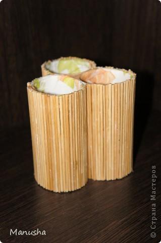 Вот что у меня получилось из двух коробок разного диаметра из под конфет рафаэлло,трех трубочек от туалетной бумаги, соломки от бамбуковой салфетки и бумажных салфеток для декупажа... фото 2