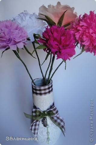 """Уж срочно нужна была вазочка для самодельных цветочков,а у меня на полке ждала своей участи бутылочка из под сока """"Я"""" Вот и дождалась!!! Радует что иногда хлам, все таки перестает быть хламом и больше не мешается на полках ))) фото 1"""