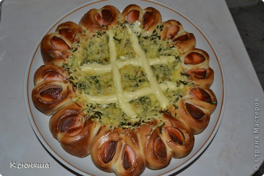 Пирог по принципу сосиски в тесте.В серединке начинка:вареные яица,зеленый лук,майонез,сыр.