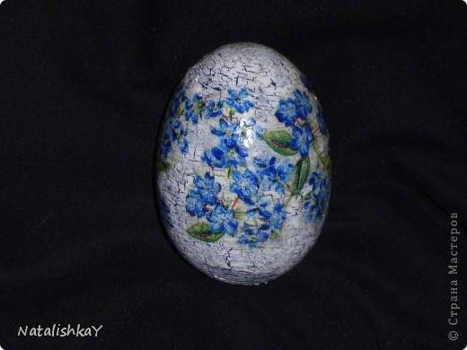 Фон -тёмно-синий, основной цет - белый, цветы с салфетки немного подрисованы синей акриловой краской. фото 1