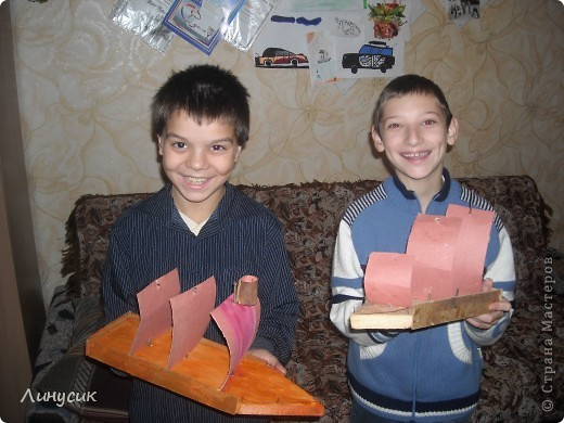 На уроках трудового обучения мальчишки в этом году учились работать с деревом.  Некоторым даже разрешалось поработать на станках.  Свои кораблики нам демонстрируют Валик и Владик фото 1