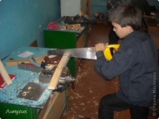 На уроках трудового обучения мальчишки в этом году учились работать с деревом.  Некоторым даже разрешалось поработать на станках.  Свои кораблики нам демонстрируют Валик и Владик фото 2