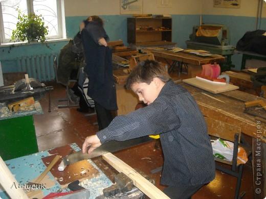 На уроках трудового обучения мальчишки в этом году учились работать с деревом.  Некоторым даже разрешалось поработать на станках.  Свои кораблики нам демонстрируют Валик и Владик фото 3