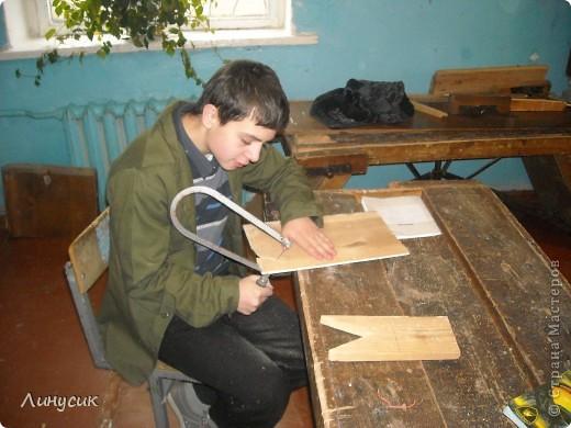 На уроках трудового обучения мальчишки в этом году учились работать с деревом.  Некоторым даже разрешалось поработать на станках.  Свои кораблики нам демонстрируют Валик и Владик фото 6