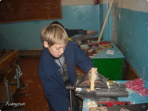 На уроках трудового обучения мальчишки в этом году учились работать с деревом.  Некоторым даже разрешалось поработать на станках.  Свои кораблики нам демонстрируют Валик и Владик фото 7