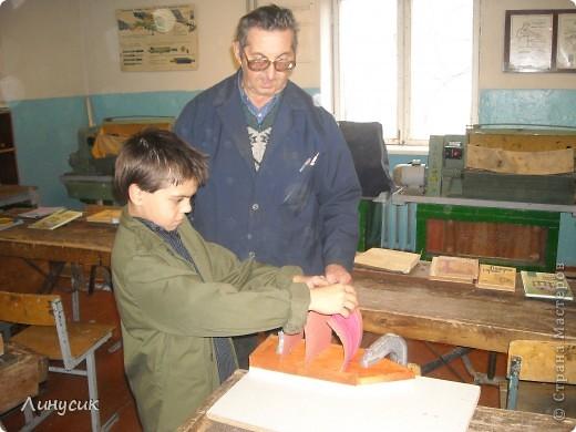 На уроках трудового обучения мальчишки в этом году учились работать с деревом.  Некоторым даже разрешалось поработать на станках.  Свои кораблики нам демонстрируют Валик и Владик фото 9