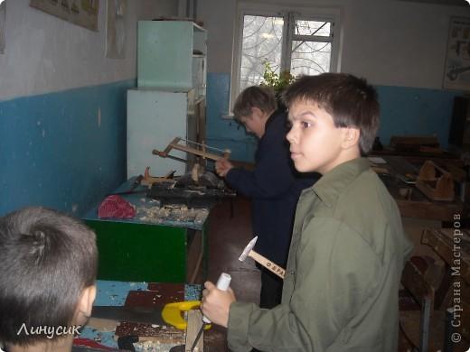 На уроках трудового обучения мальчишки в этом году учились работать с деревом.  Некоторым даже разрешалось поработать на станках.  Свои кораблики нам демонстрируют Валик и Владик фото 10