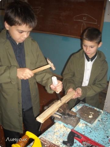 На уроках трудового обучения мальчишки в этом году учились работать с деревом.  Некоторым даже разрешалось поработать на станках.  Свои кораблики нам демонстрируют Валик и Владик фото 11