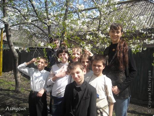 На уроках трудового обучения мальчишки в этом году учились работать с деревом.  Некоторым даже разрешалось поработать на станках.  Свои кораблики нам демонстрируют Валик и Владик фото 22