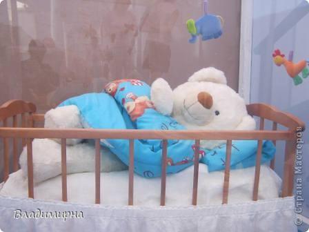 """В рамках фестивалю """"Белые ночи"""" ( о нём можно посмотреть здесь http://stranamasterov.ru/node/376932)  в нашем городе прошёл  и МедведDay. Мини-фестиваль, посвященный игрушечному медвежонку. В его рамках было очень много интересного : и шествие по гроду, и мастер-классы, и лечебница для плюшевых игрушек. Думаю, что такое внимание   к медведю объясняется не только популярностью данной игрушки, но и тем, что когда-то наш край считался медвежьим углом,  и на гкербе нашего города ещё  с позапрошлого века изображён медведь. Я расскажу лишь о самой маленькой  части  праздника, посвященного игрушечному косолапому - павильоне МедведDay на нашей эспланаде.  Лозунг """"Каждому медведю - отдельную берлогу"""" можно назвать девизом выставки. Медведей здесь несколько, но у каждого из них - своя берлога.  фото 3"""